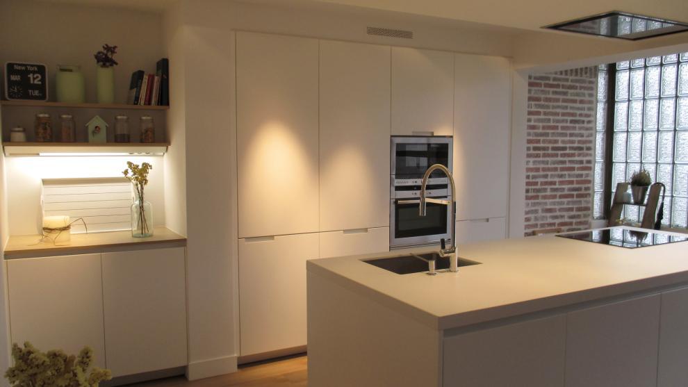 Cocinas blancas con isla abiertas al comedor for Cocinas modernas blancas con isla