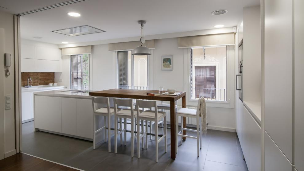 Cocinas blancas con islas una propuesta luminosa c moda - Cocinas de diseno con isla ...