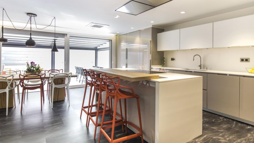 Santos cocinas nos presenta el dise o organizaci n y for Cocinas con isla y salon