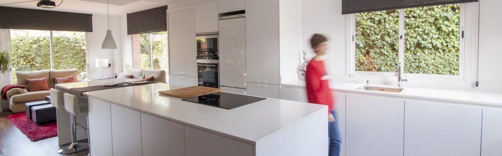 Cocinas Santos, nos presenta una cocina blanca con isla abierta al salón