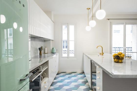 NEOLITH® Blanco Carrara en la coqueta cocina de Anne-Sophie