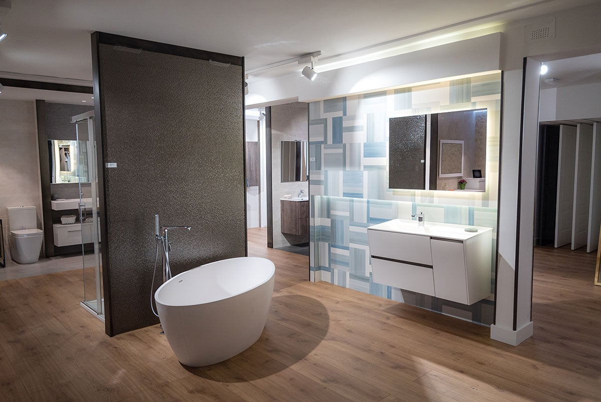 exposición de muebles de baño